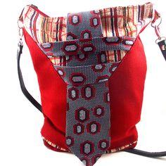 Schoudertas Geertje is de ideale metgezel om mee op stap te gaan, naar het werk te gaan en om te gaan shoppen. Ze is gemaakt van knalrode stevige interieurstof, vintage stof en een stropdas. Aan de...