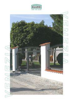 Vor allem bei Zaunmodellen wie unserem VENEZIA, die auch bekannt dafür sind, Villen und große Grundstücke zu umzäunen, ist ein einheitliches Bild entscheidend - auch das Einfahrtstor oder die Gehtüre sind daher im gleichen Design wie der Gartenzaun erhältlich. Aluminium, Outdoor Decor, Home Decor, Driveway Gate, Fence Ideas, Garden Fencing, Villas, Decoration Home, Room Decor