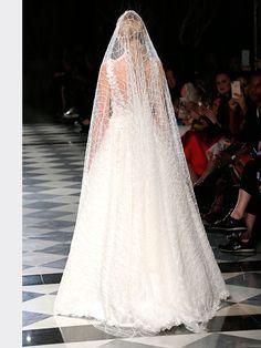 Traumhaftes Brautkleid mit Spitzenapplikationen auf Oberteil und Rock und tiefem V-Neck. Rock, Wedding Dresses, Fashion, Bridal Gown, Gowns, Bridal Dresses, Moda, Stone, Bridal Gowns