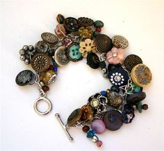 There is buttons everywhere, vintage and victorian buttons. Quite individual and pretty piece by Bonnie Hanson. This makes me want to hoard lots of pretty buttons. Old Jewelry, Jewelry Crafts, Beaded Jewelry, Vintage Jewelry, Handmade Jewelry, Jewelry Making, Button Art, Button Crafts, Button Necklace
