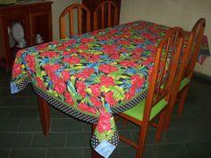 Toalha de mesa em chita ,barra em patchwork e pontos decorativos para mesa de 6 lugares R$ 77,00