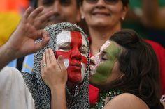 Un suporter al Italiei (D) sarută un fan al Angliei înaintea meciului dintre Italia si Anglia desfăşurat pe stadionul Amazonia din Manaus, 14 iunie, 2014. (  AFP PHOTO / FABRICE COFFRINI  ) - See more at: http://zoom.mediafax.ro/people/suporterii-cupei-mondiale-12860665#sthash.YDDrv6dS.dpuf
