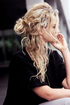 Curly Hairstyles: The Most Beautiful Looks for Curly Hair - Hair and Beauty ✂ Curly Hair Styles, Natural Hair Styles, Updo Curly, Curly Hair Buns, Style Curly Hair, Messy Bun Curly Hair, Naturally Curly Hair, Messy Updo, Curly Hair Plopping