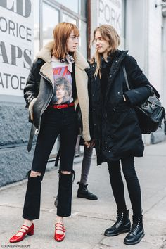 Chic Mix + edgy street style look + new york fashion week + casual layers + outerwear jacket Street Style Shoes, New York Fashion Week Street Style, Street Chic, Nyfw Street Style, Model Street Style, Street Wear, Look Fashion, Daily Fashion, Winter Fashion
