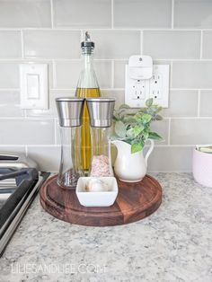 How to decorate your kitchen countertops- Ideas for kitchen countertop decor, organization using 10 simple tips! Kitchen Countertop Decor, Kitchen Tray, Diy Kitchen Decor, Farmhouse Kitchen Decor, Kitchen Design, Kitchen Ideas, Kitchen Counter Decorations, Decor For Kitchen Island, Kitchen Cabinets