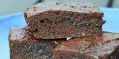 Dejlig sund brownie uden mel og sukker, men som stadig smager skønt af chokolade og har en perfekt konsistens. Kagen sødes med dadler, og mel er skiftet ud med mandler, der gør den virkelig lækker.