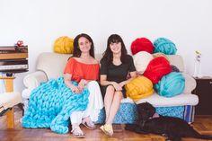 Clases de tejido XXL con lanas gigantes de muchos colores. Bean Bag Chair, Disney Princess, Disney Characters, Home Decor, Tejidos, Colors, Bean Bag Chairs, Interior Design, Home Interior Design