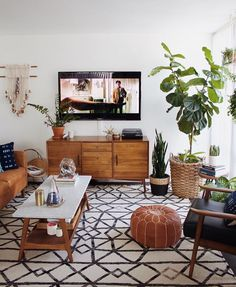 Mid Century Modern Living Room with TV Mid Century Living Room Design, Mid Century Modern Boho Living Room Boho Living Room, Apartment Living, Home And Living, Bohemian Living, Earthy Living Room, Usa Living, Tv On Wall Ideas Living Room, Living Area, Living Room Inspiration