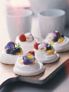Essential Guide To Fine Dining: 8 Restaurants To Not Miss In Milan – Fest Time Pavlova Cake, Mini Pavlova, Sweet Recipes, Cake Recipes, Snack Recipes, Lemon Curd Pavlova, Yummy Treats, Yummy Food, Meringue Desserts