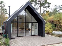 Billedresultat for sort sommerhus Mini Chalet, Barn Style House Plans, Triangle House, Gable House, Contemporary Cabin, Shed To Tiny House, Craftsman Home Interiors, Cosy House, Shed Homes