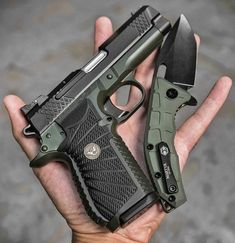 @wilsoncombat EDC X9 double stack 9mm in Hulk mode with matching @heretic_knives Martyr blade -