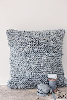 Knitting with your old jeans. I like the texture of this knitting. It would be soft if you used old jeans! Knitting Projects, Crochet Projects, Knitting Patterns, Denim Crafts, Yarn Crafts, Tapetes Diy, Tricot Simple, Denim Ideas, Recycled Denim