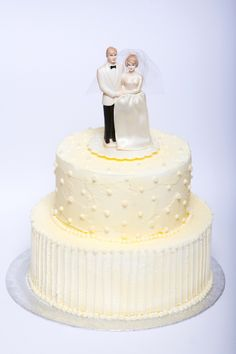 Vintage Wedding Cake with Bride and Groom. Beautiful Wedding Cakes, Vanilla Cake, Groom, Bride, Desserts, Vintage, Wedding Bride, Tailgate Desserts, Deserts
