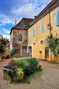 #MostBeautifulVillages: Limeuil is located at the confluence of the Dordogne Vézère rivers. This port town has a complex history, from the Viking Invasions to the Hundred Years' War, and is rich in architecture typical of the Périgord Noir region.