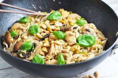 Pad thai med kylling - til to dage Asian Recipes, Healthy Recipes, Ethnic Recipes, Healthy Food, Thai Dishes, Exotic Food, Easy Cooking, Food Inspiration, Chicken Recipes