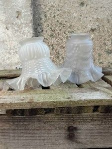 Tulipes en verre opaline. Pour créer un joli jeu de suspensions. Déco bohème. Lampe | luminaire vintage. http://quichelorrainevintage.com/wp-admin/post.php?post=10179&action=edit