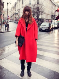caroline de maigret- all black with a long red coat- fall and winter fashion and street style Looks Style, Style Me, Business Mode, Vogue Spain, Winter Stil, Winter Coat, Winter Looks, Mode Inspiration, Mode Style