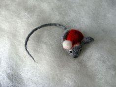 Maus (klein) aus Filz mit Weihnachtsmannmütze von FILZIMME auf DaWanda.com