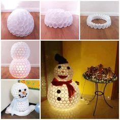 Une décoration originale à réaliser pour les fêtes en recyclant des gobelets en plastique. Il vous faudra : Des gobelets en plastique De la colle Des accessoires décoratifs Éventuellement une lampe >> Passer à l´idée suivante