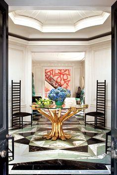 El vestíbulo de la casa de 1926 está adornada con pisos de mármol reticulado, uno de los materiales preferidos de Kelly. La diseñadora rejuveneció la vivienda inyectando formas escultóricas y colores audaces. | Galería de fotos 2 de 12 | AD MX