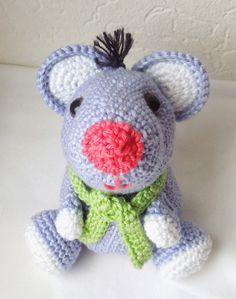 Fräulein Butterblume Crochet Mouse (pattern in German)