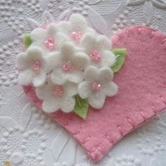 Keçeden Süsler Modelleri 89 Felt Flower Brooch Pink Heart with Beaded Flowers Valentines DayEASY flower to make, pink w/ pearl center Felt Flowers, Beaded Flowers, Fabric Flowers, Tiny Flowers, Flower Petals, White Flowers, Fabric Crafts, Sewing Crafts, Sewing Projects