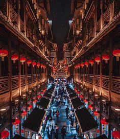 #Chongqing #China. #marketstreet Photo @rkrkrk China Travel Destinations | China Honeymoon | Backpack China | Backpacking | China Vacation | China Photography | Asia #travel #honeymoon #vacation #backpacking #budgettravel #bucketlist #wanderlust #China #Asia #visitChina #TravelChina #ChinaTravel Tokyo, Backpacking Asia, Photography Words, Landscape Photography, Portrait Photography, City Aesthetic, China Travel, Japan Travel, Street Photographers