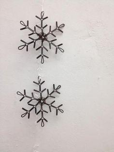 宮崎市ワイヤークラフト教室「はりがね屋ホショ。」:雪の結晶 Beaded Christmas Ornaments, Christmas Crafts, Xmas, Wire Wrapped Jewelry, Wire Jewelry, Wire Jig, Minimalist Christmas, Metal Hangers, Miniature Crafts