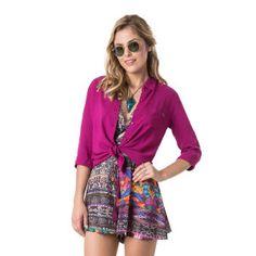 Camisa com manga 3/4, botões frontais e detalhe de bolso, com um caimento impecável. Aquela peça clássica que toda mulher precisa ter no armário para criar looks incríveis e práticos!