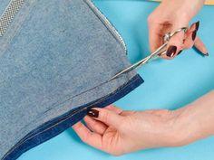 DIY Fransenrock mit Patches. Hier geht's zur gratis Schritt für Schritt Anleitung: http://www.fuersie.de/diy/basteln-selbermachen/galerie/diy-fransenrock-mit-patches-selber-machen