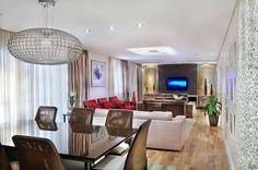 Com decoração leve e atemporal, o living tem móveis naturais e peças clássicas que quebram a unidade do projeto e evidenciam o gosto dos clientes.