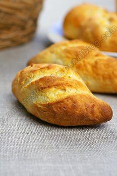 Pains sans pétrissage, prêts en moins d'une heure : Pour 8 petits pains Préparation 10 minutes Cuisson 20 minutes Ingrédients: -350 g de farine (de votre choix) -300 g de fromage blanc -1 cc de sel -1 sachet de levure chimique -1 CS d'huile d'olive Mélanger, pétrir, ajouter éventuellement un peu d'eau, les façonner, inciser, et les placer sur une plaque, enfourner dans le four chaud à 210° pour 20/25 mn. Cooking Bread, Bread Baking, Empanadas, Thermomix Bread, Sem Gluten Sem Lactose, Bread Cake, Bread And Pastries, Easy Bread, Bread Recipes