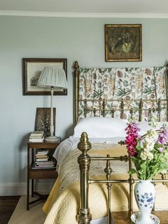 Lady of the Valley: Jane Ormsby Gore's Home - In the guest room, a painted-wood lamp with a textile shade next - The New York Times Wabi Sabi, English Bedroom, Brass Bed, Brass Metal, Antique Brass, English Decor, English Interior, Shabby, Beautiful Bedrooms