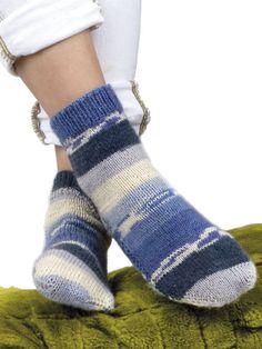 Návod, vzor a pracovní postup pletení ponožek na dvou jehlicích v jednotlivých přehledných krocích. Podle našeho popisu a přiložené tabulky můžete uplést ponožky v libovolné velikosti. Před začátkem práce si tento návod přečtěte prosím důkladně a celý. Handicraft, Diy And Crafts, Slippers, Socks, Knitting, Crochet, Handmade, Decor, Fashion