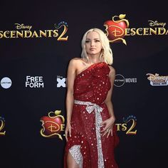 Dove Cameron on the Descendants 2 red carpet I seriously love her dress guys