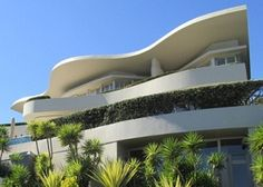 Near to Stellenbosch is the Cape Town center with many contemporary marvels on the Atlantic Seaboard side such as this one with daring use of reinforced concrete. Ocean Restaurant, Boulder Beach, Dutch House, Reinforced Concrete, Natural Wonders, Cape Town, Organic Gardening, Modern Architecture, Modern Farmhouse
