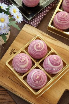 Rainbow Desserts, Cute Desserts, Asian Desserts, Mooncake Recipe, Cake Packaging, Moon Cake, Chinese Tea, Hot Chocolate, Cake Recipes
