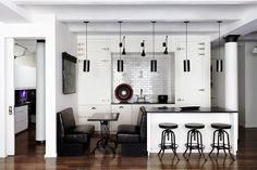 Black and white floor kitchen pictures black white kitchen design ideas black and white kitchen floor Kitchen New York, Loft Kitchen, Kitchen Interior, Urban Kitchen, Open Kitchen, Design Kitchen, Kitchen Island, Kitchen Cabinets, Compact Kitchen