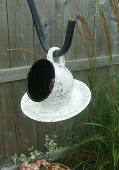 vogelfutterhaus selber bauen schwarzweiße Porzellanteller und Tasse