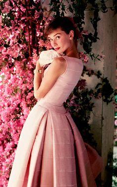 Audrey Hepburn / Glamour magazine shoot / Photo by Norman Parkinson Audrey Hepburn Mode, Audrey Hepburn Photos, Audrey Hepburn Dresses, Pink Love, Pretty In Pink, Pink Fashion, Vintage Fashion, Mod Fashion, 1960s Fashion