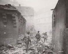 GIs de l'infanterie blindée 62e, 14e Division blindée, font leur chemin à travers les ruines de Gemünden avril 6,1945 GIs of the 62nd Armored Infantry, 14th Armored Division, make their way through the ruins of Gemünden on April 6,1945