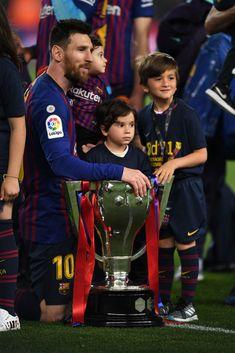 Lionel Messi of FC Barcelona celebrates with his children and the La. Lionel Messi Barcelona, Fc Barcelona, Shakira, Lionel Messi Family, David Ramos, Lionel Messi Wallpapers, Messi Photos, Leonel Messi, Ab De Villiers