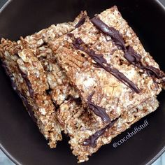 Protein Rice Crispies 2.5 cups cereal of choice (I used 2 cups of Hugh Fiber Cereal from #TraderJoes and 1/2 cup of rolled oats 1/3 cup unsweetened vanilla almond milk 3 scoops whey (I used unflavored @Sean Marszalek protein) 1 tsp vanilla extract 1 tsp honey Line a pan with plastic wrap. Spread the mixture (it should be sticky!). I drizzled Lily's Dark Chocolate on top (sweetened with stevia)