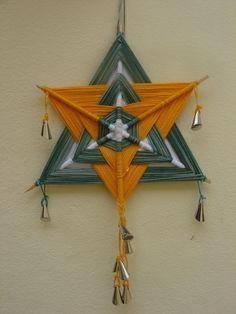 "Mandala ""Olho de Deus"" - triangulos Crochet Mandala, Mandala Art, Diy Arts And Crafts, Diy Crafts, God's Eye Craft, Art Fil, Gods Eye, Creation Deco, Weaving Textiles"