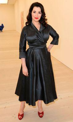 Nigella Lawson: the Domestic Goddess herself! Curvy Celebrities, Hottest Female Celebrities, Celebs, Nigella Lawson, Sexy Older Women, Sexy Women, 1950s Fashion, Vintage Fashion, Domestic Goddess