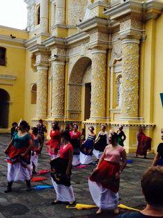 Un ramillete de #Fridas bailando frente a #LaMerced. ¡No hay ciudad como la nuestra!  #LaAntigua #Guatemala #LaNuevaFridas #BTL