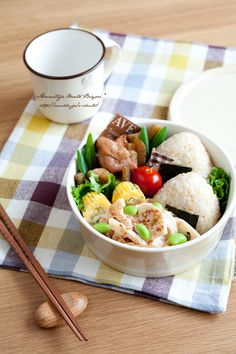 """Lunch of brown rice and chicken rice ball burdock. 