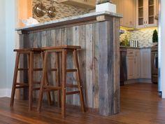 Variações na cor e textura emprestar interesse para frente do bar, concebida para complementar a mesa sala de jantar rústica-chic, também formado a partir de material de enquadramento de origem local.