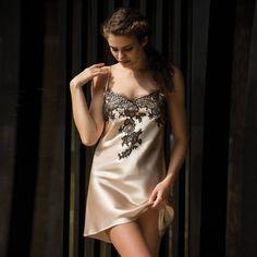 Nuisette Baccarat Marjolaine en soie raffinée et élégante. Sublimes  empiècements de délicate dentelle Leavers de ecd9895a2a9
