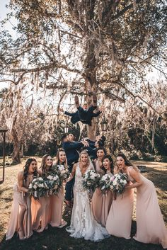 Wedding Picture Poses, Wedding Poses, Wedding Photoshoot, Bridal Party Poses, Country Wedding Photos, Wedding Group Photos, Wedding Pictures, Wedding Photographie, Wedding Photography Styles